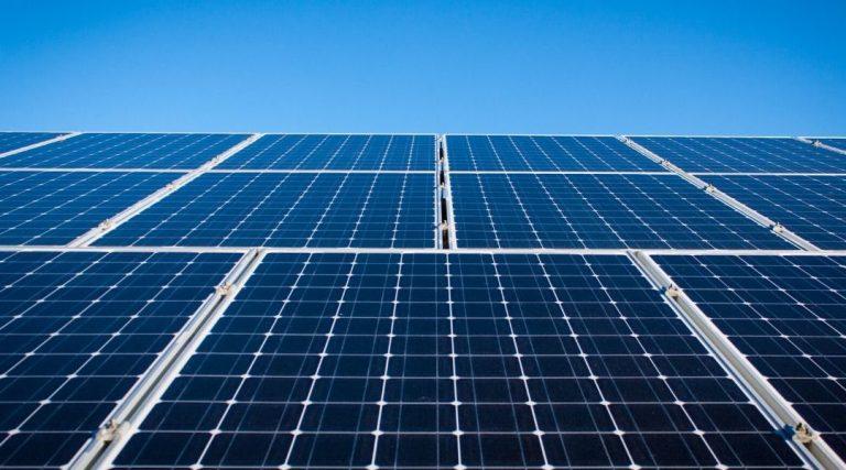 الفرق بين الواح الطاقة الشمسية الزرقاء والسوداء