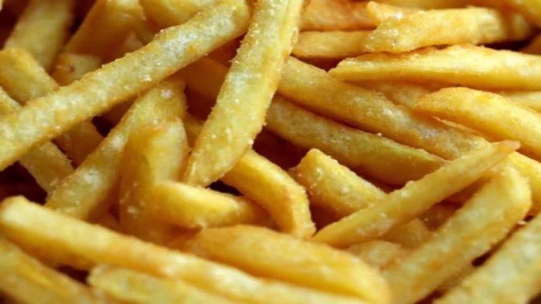 مدة وطريقة قلي البطاطس في القلاية الهوائية الكهربائية بدون زيت
